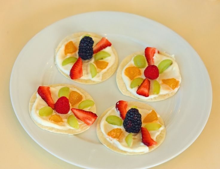 Mini fruit pizza's for children (and adults too).  A delicious snack to make for children.  Healthy, easy, quick!