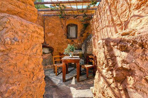 Οι ξενοδόχοι στην Κρήτη που έκαναν τη διαφορά -Απλώς αναπαλαίωσαν τα 300 ετών σπιτάκια από πέτρα και χώμα, δεν έβαλαν ρεύμα και οι τουρίστες κάνουν ουρά [εικόνες] | iefimerida.gr