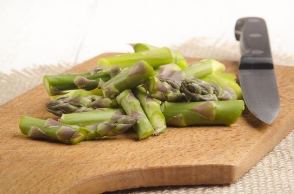 Como plantar aspargos. O aspargo é um dos vegetais que mais acompanha muitos pratos em muitos países. É composto por 90% de água e muito poucas calorias, por isso é uma boa opção para seguir uma dieta saudável e equilibrada...