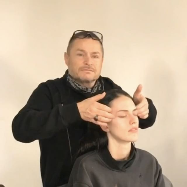 #인스타일Live_NYFW #런웨이 에서 모델들의 피부가 유독 빛나는 이유? #메이크업 전에 받는 현란한 마사지 덕분이었네요 #톰페슈 @tompecheux 의 화려한 손동작! 우리도 따라해볼까요 -editor JHM #nyfw #tompecheux #backstage #instylekorea  via INSTYLE KOREA MAGAZINE OFFICIAL INSTAGRAM - Fashion Campaigns  Haute Couture  Advertising  Editorial Photography  Magazine Cover Designs  Supermodels  Runway Models