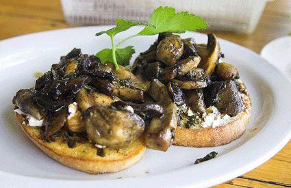 mushroom bruschetta... take me back to Italia please!!
