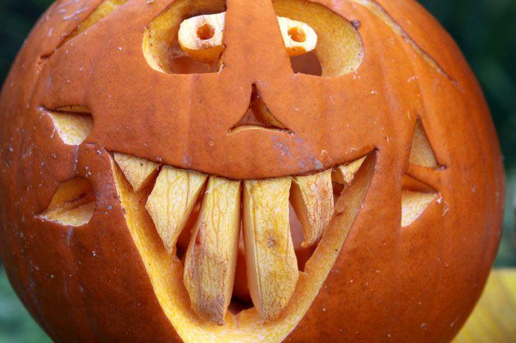 Happy Halloween! Es ist wieder Kürbis-Zeit! Ran ans Schnitzen! #Kürbisschnitzen #Anleitung #Kürbisse #Gesicht #Halloween #Pumpkin