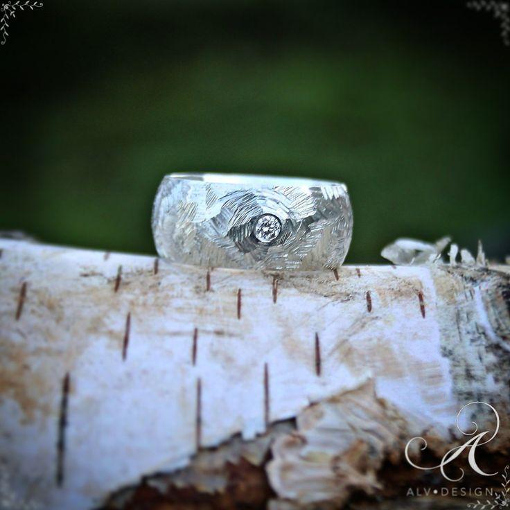 Säg det med en speciell handarbetad gåva! www.alvdesign.se Denna rustika & breda silverring med en handsatt diamant TW 0,10 ct heter FROST, rundad modell. Design & arbete av konstnär och silverdesigner  Kenneth Lindström, Alv Design. Beställ dina handarbetade Alv Design silverringar och silversmycken senast den 13e december  för säker leverans innan jul! 500 kr rabatt vid köp av två ringar! ▫️▫️▫️▫️▫️▫️▫️▫️▫️▫️▫️▫️▫️▫️ Välkommen att se mer i webbutiken www.alvdesign.se