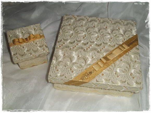 Linda caixa, revestida de tecido de lese, pintura dourada, fita dourada e laço chanel. Fino acabamento, ideal para presentear padrinhos e convidados. A caixa comporta 4 bem casados, trufas, doces, sabonetes, etc.  O preço é referente a caixa 15x05x15 Caixa 07x05x07 valor: R$ 7,00  Quant.mínima: 10  Para grandes quantidades, entre em contato para agendar data. R$ 30,00