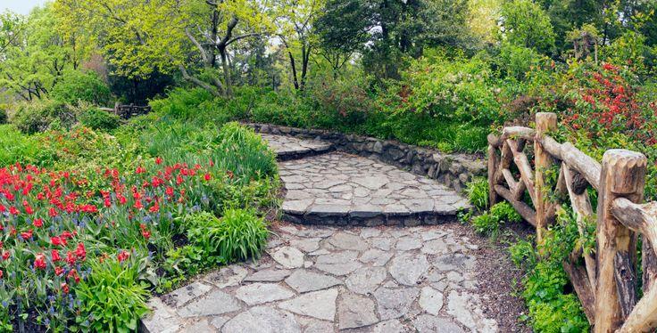 Фото из статьи: Садовые дорожки из камня: 30 примеров на любой вкус