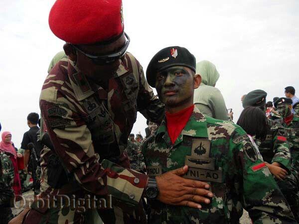 Seorang petinggi Kopassus sedang menyematkan tanda Raider kepada salah seorang Pasukan Raider Yonif 111 yang dinyatakan lulus latihan, usai penutupan latihan di Pantai Kuala , Gigieng, Kecamatan Baitusalam, Aceh Besar.