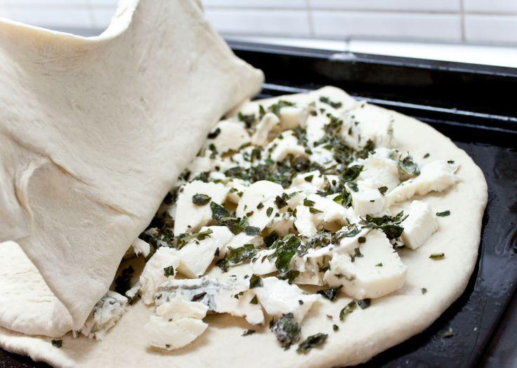Focaccia farcita  Další recept na výbornou a tentokrát i velmi sytou variantu Focacci, náplní je nepřeberné množství a věřím, že i mnohem zdravější než tato,ale pokud nevíte co k večeři nebo k vínku, tohle jídlo je tou pravou volbou :)