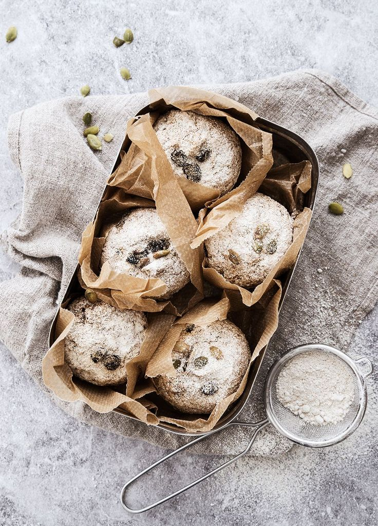 lutenfria frukostfrallor i muffinsform  Cirka 18 stycken  340 gram havremjöl  200 gram teffmjöl (kan bytas mot bovetemjöl)  30 gram physlium husk  25 gram jäst  600 gram svalt/fingervarmt vatten  2 dl havremjölk (alt vanlig mjölk eller fil)  2 msk äkta lönnsirap (eller honung)  ½ tsk salt  (Gluten-free bread rolls in muffin, for englishtext scrol down)