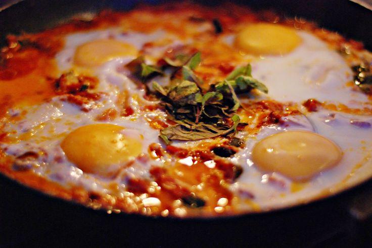 Shakshouka na stałe zagościła na naszych stołach. Gdy tylko w domu mamy jajka i pomidory, a przy okazji brak ochoty na jakieś wymysły, skakshouka ląduje na talerzu. Odkryłyśmy ją przy okazji zapoz...