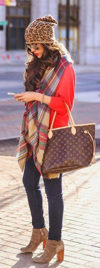 Roter Rollkragenpullover, Dunkelblaue Enge Jeans, Beige Wildleder Stiefeletten, Dunkelbraune bedruckte Shopper Tasche aus Leder für Damen