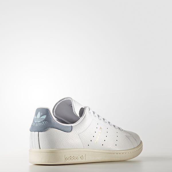 L'emblématique Stan Smith a fait ses débuts dans les 70's sur les courts de  tennis. Son design épuré en a fait une icône du streetwear dans le monde  entier.