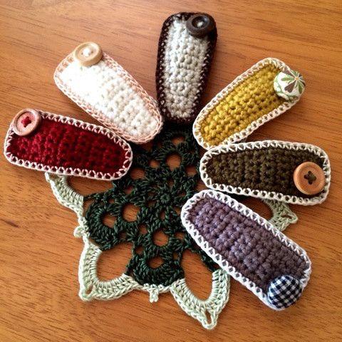 こんにちは。 さて、今日は…ぱっちんぴんの作り方を紹介します。 まず、材料は… 糸は、3/0号~4/0号針で編める毛糸かコットンの糸とレース糸(エミーグランデ) かぎ針は3/0号を使います。 今回の写真のは合太の毛糸を使っていますヨ。 それと… 糸の他にぱっちんぴんやボタンなど。 -編み図- ▽編み始め糸をつける ▼編み終わり糸を切る ※編み図Bの4段目の鎖編み1目のところは後でぱっちんぴんを通すための穴になる場所です。・・・・・・・ 1.編み図Aを編みます。 編み図Aはピンの表側にくる方です。 糸の始末をしますが、その糸でボタンなど着けたいものを縫い付けます。 2.編み図Bを編みます。これは…