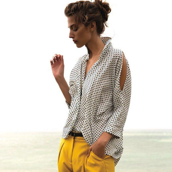 Look chic : chemise imprimée + pantalon 7/8 jaune >>