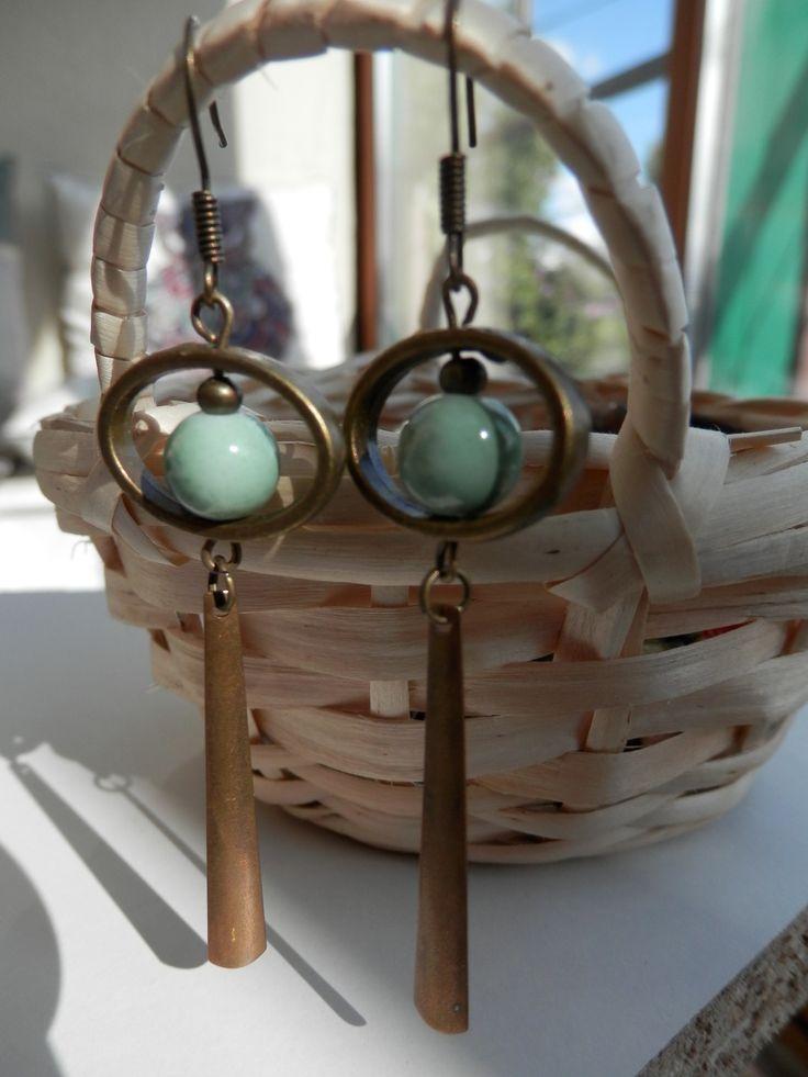 Boucles d'oreille style bohème, perle verte jade et son anneau bronze : Boucles d'oreille par motus-et-bouche-cousue