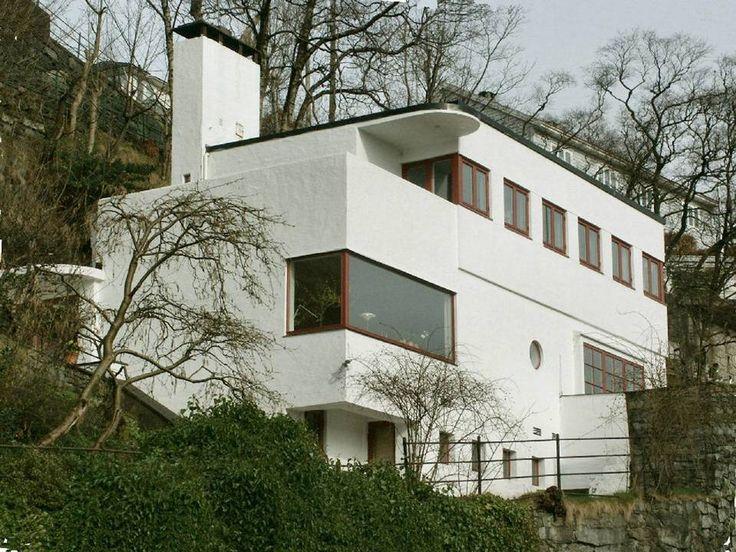 FUNKIS I BERGEN: Denne villaen er tegnet av Leif Grung og ligger i Bergen. Den viser tildels hvordan funksjonalismen benyttet seg av tverstilte elementer, og hvordan fasaden ble komponert av de ulike elementene.