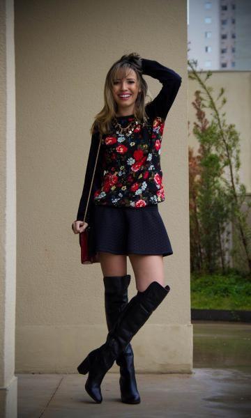 Look: PKS Girl! - Taciele Alcolea   Moda It  Moletom Floral + Saia Rodada Preta + Bota Over de Knee                                                                                                                                                      Mais