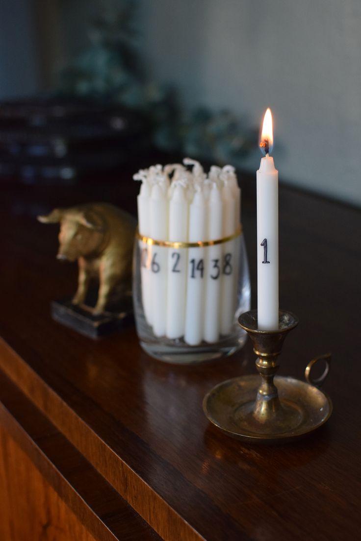 Strunta i det där enda kalenderljuset du ändå glömmer tända - gör 24 st små kalenderljus av julgransljus. Låt brinna hur länge eller hur kort du vill.