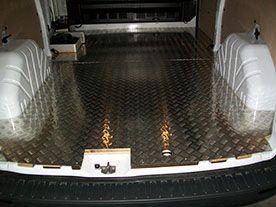Custom con pianale e pannelli in alluminio mandorlato: il rivestimento ideale per trasporti che possono sporcare o rendere umido l'interno del vano di carico. Facile da pulire e ottimo come antiscivolo.