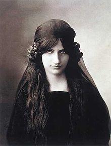 *  Jeanne Hébuterne (1898 - 1920) Surnommée « Noix de coco » en raison de son teint blanc laiteux et de ses cheveux châtains aux reflets roux, vit un amour fou avec Modigliani