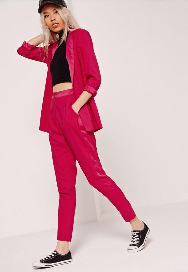 Pour un look chic qui ne manque pas de caractère, adoptez vite ce pantalon cigarette rose vif !