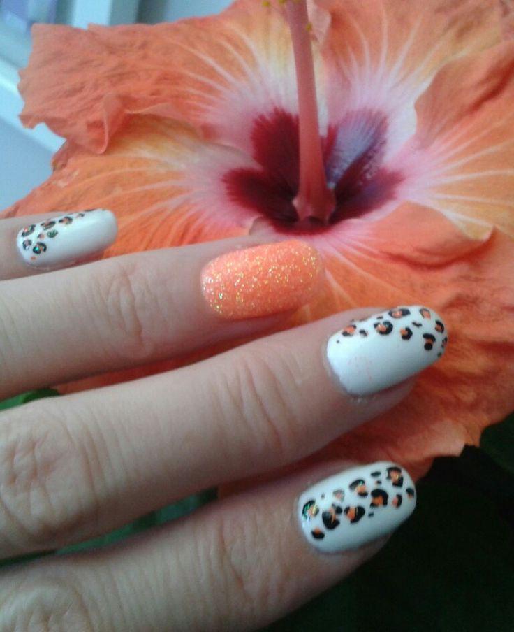 Nail art résine et poudre orange paillette et gel UV semi-permanent blanc avec motif panthère en peinture acrylique. Brijoux nail art