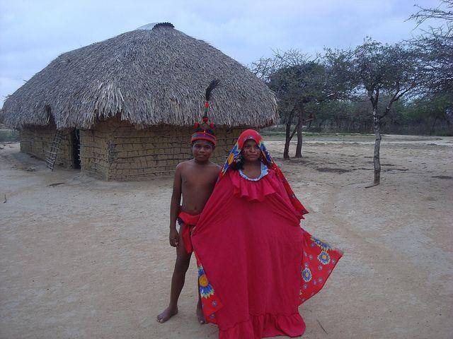 Dos Wayuu con el traje de la Yonna (baile típico). Riohacha, La Guajira, Colombia. By Juanerre, in Flickr, tomada 7-V-2011