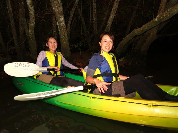【沖縄おすすめ情報】 夜の川をカヤックで生物観察。どきどきの探検ナイトツアー(比謝川/嘉手納) 沖縄の夜は月明かりでちょうどいい。ホタルに出合えるかも(写真提供/イーズ)