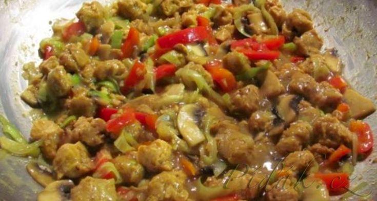 POTŘEBNÉ PŘÍSADY: 1 sáček sojových kostek 1 kus zeleninového bujonu bez glutamátu 1 větší cibule 3stroužky česneku 4ks žampionů 1ks paprika půl porku 1menší mrkev 1lžíce solamyl sůl pepř kari POSTUP PŘÍPRAVY: Sojové kostky hodíme do hrnce a přidáme zeleninový bujon bez glutamátu a koření, které máte rádi.