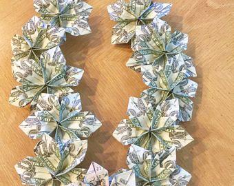 Ce qui donne des leis floral à l'obtention du diplôme a longtemps été une tradition dans les écoles à Hawaii. Leis de membres de la famille et les amis représentent l'amour et félicitations pour un diplômé et symbolisent aussi les voeux de bonne chance. Bien que les fleurs sont très jolies, argent LEIS sont extrêmement populaires auprès des diplômés et sont un plaisir alternative à simplement en mettant l'argent dans une carte ou une enveloppe.  ** Ce lei est comme est et prêt à être…