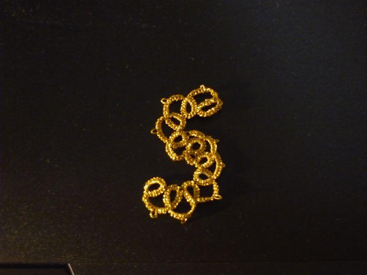 lettera S con filo dorato