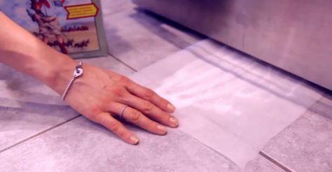 Elle glisse une feuille sous son réfrigérateur. Quand elle la retire, elle n'arrive pas à croire ce qu'elle voit!