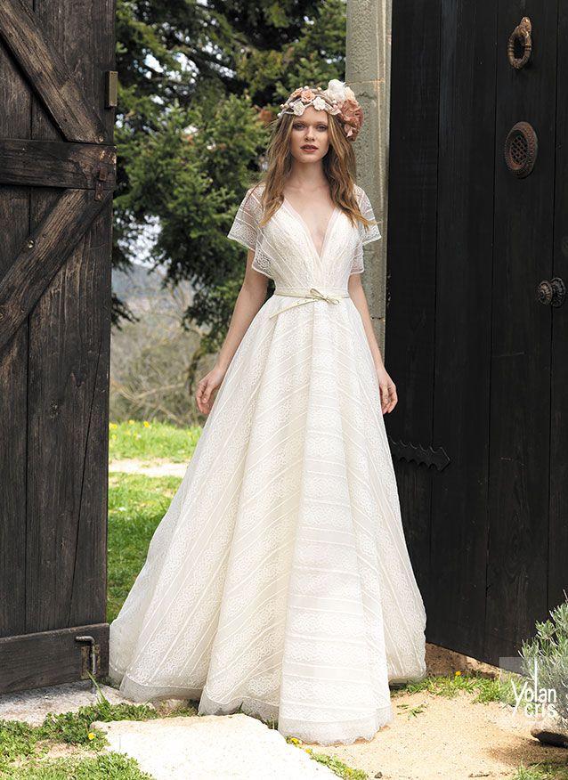 Vestido de novia elegante, muy chic. De lineas simples, realizado con un ecaje a rayas. Destacamos el escote en V y la manga japonesa.