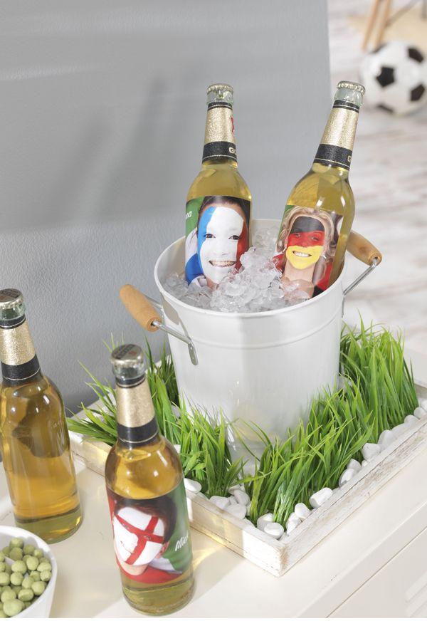 Mit unseren Fotoaufklebern lassen sich Flaschen passend zum Spiel dekorieren. #WM #party #weltmeisterschaft