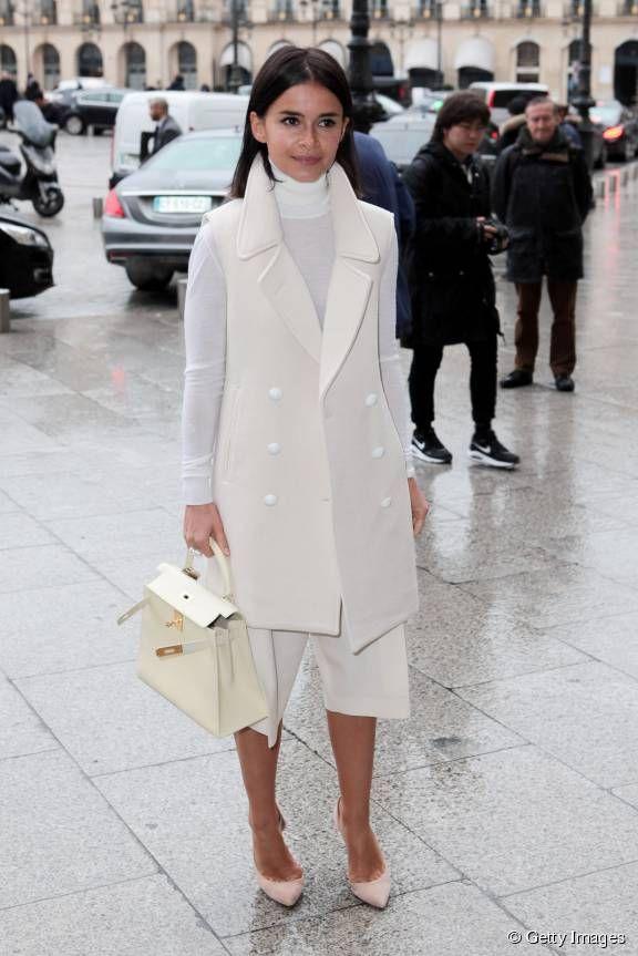 <p>Miroslava Duma a jeté son dévolu sur un manteau sans manche blanc.</p>