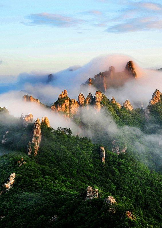 Seoraksan National Park, located on the east and center of the Korean peninsula. The reserve covers Injegun, Yanyanggun, and Sokchosi. It is one of the most popular attractions for tourists and nature enthusiasts in Korea.