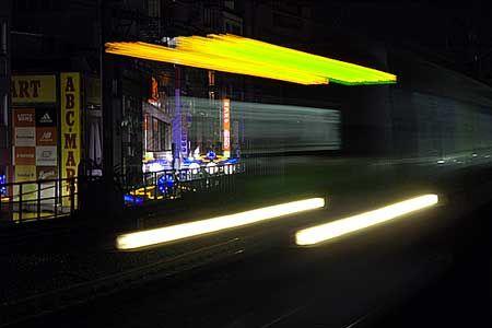 アメ横の雑踏の横を走る。LEDの行先表示が、幻想的な光の帯となって記憶に残った。[2011/9 御徒町駅 JR山手線外回り列車(E231系)]© 2010 風旅記(M.M.) 風旅記以外への転載はできません...