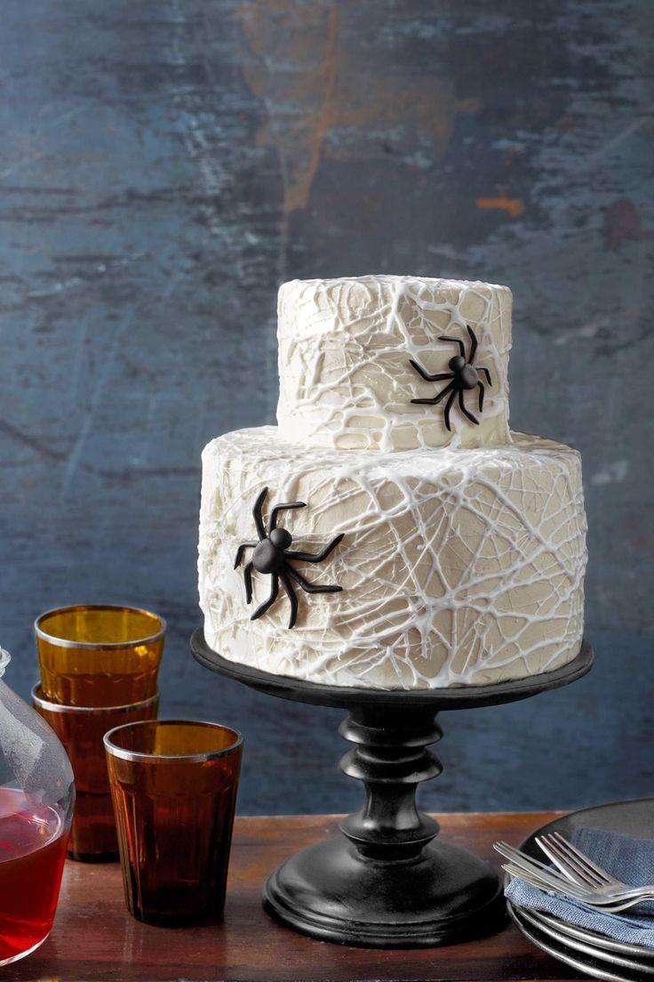 Leuk gedaan twee lagen taart met spinnen en een web