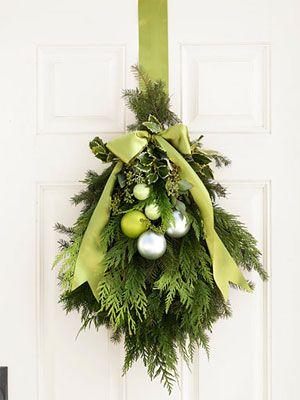 Green Christmas DecorationsHoliday Wreaths, Doors Swag, Doors Decor, Green Christmas, Christmas Decorations, Christmas Doors, Front Doors, Doors Hanging, Holiday Decor