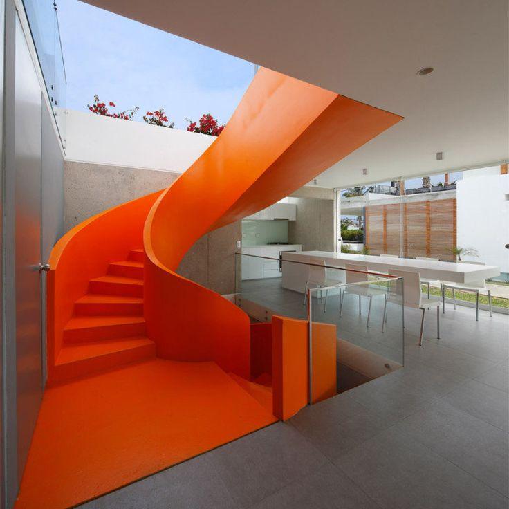 Inspiração do dia: escada laranja em casa peruana