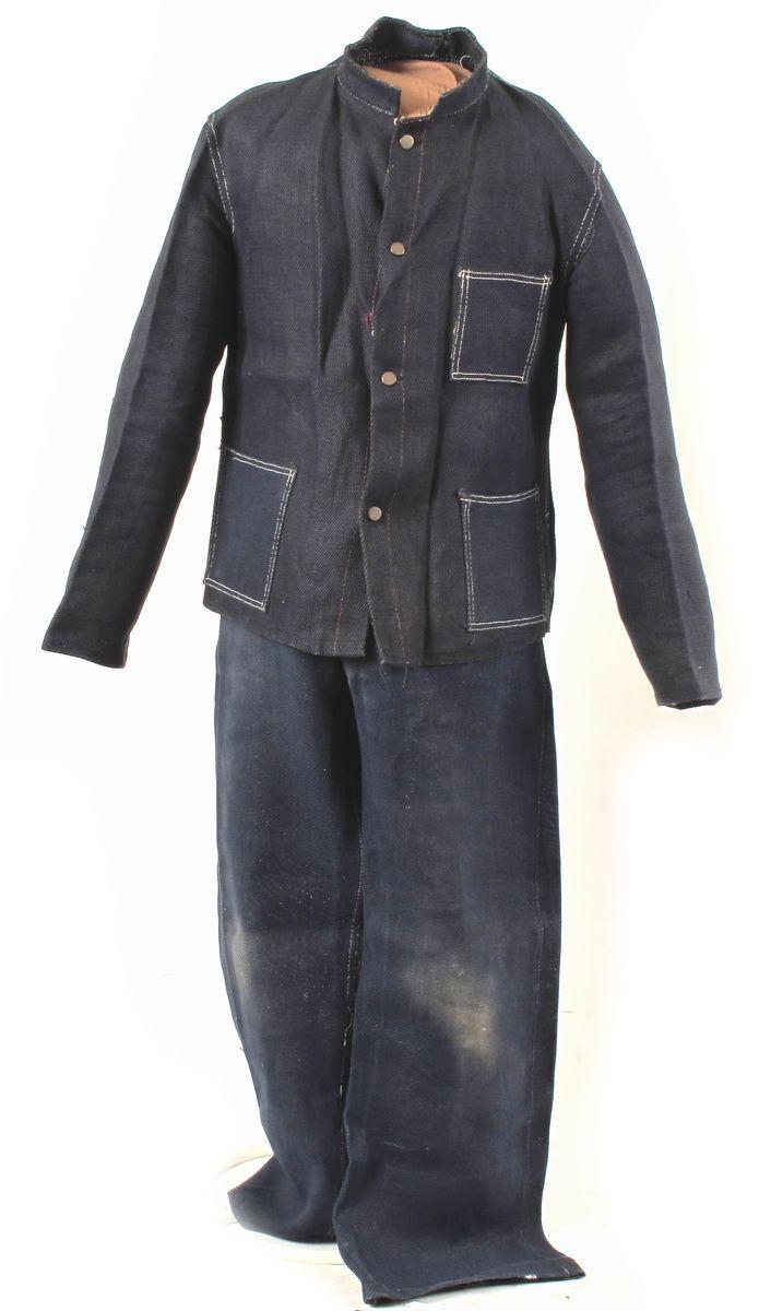 Drakt, arbeidsklær, bukse og jakke.  Sydd av tøy som er vevd av papirtråder. Trykknapper av metall. Deler: a)jakke  b)bukse Innskriften er på en fastbundet lapp. Buksa er brukt, den er tilgriset på knærne, mens jakka ikke bærer preg av bruk, prislappen henger på.