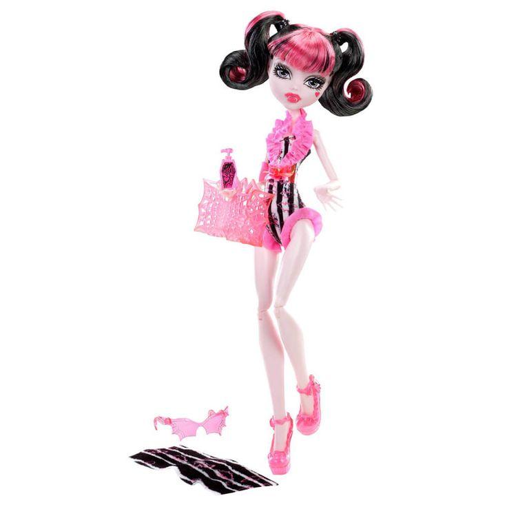 Colectia de papusi Monster High Swimsuit – la plaja! Elevii tai preferati sunt pregatiti sa faca valuri in acest costume de baie, realizate dintr-o singura bucata, ce ne lasa pe toti fara suflare! Fiecare papusa...