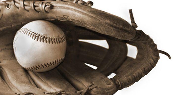 Cómo elegir el tamaño para un guante de béisbol. El béisbol, el gran pasatiempo estadounidense, sólo requiere de algunos equipos esenciales para jugarse: una bola, un bate y un guante. Ajustar de forma adecuada un guante de béisbol en la mano, sin importar la posición en que juegues, es muy importante para usarlo con efectividad. Aunque hay tablas de tallas disponibles para todos los guantes, el ...