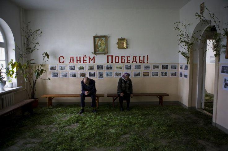 No Trinity Dia na aldeia de Biysk em Altai, grama e ramos de bétula são trazidos para dentro para decorar uma igreja ortodoxa.