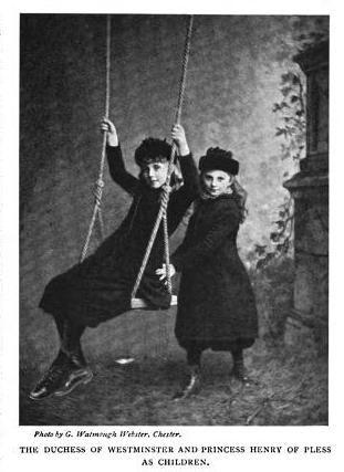 Na zdjęciu przyszła Księżna Westminsteru (z prawej) Shelagh i przyszła Księżna Pszczyńska, Daisy jako małe dziewczynki