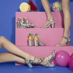 Nouvelle collaboration chez André : le chausseur s'associe à la jeune marque Apologie, pour nous proposer une collection de chaussures vitaminée !