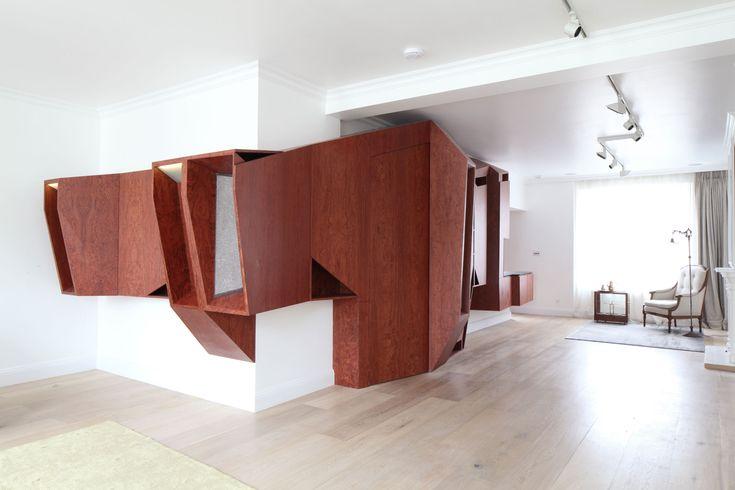 A Londra, Stanhope Garden Project di Architecture Project La ristrutturazione di un appartamento di tre piani in un'esclusiva abitazione a quattro stanze ha portato lo studio di architettura a confrontarsi con le difficoltà di intervenire all'interno di un edificio tutelato di epoca vittoriana.