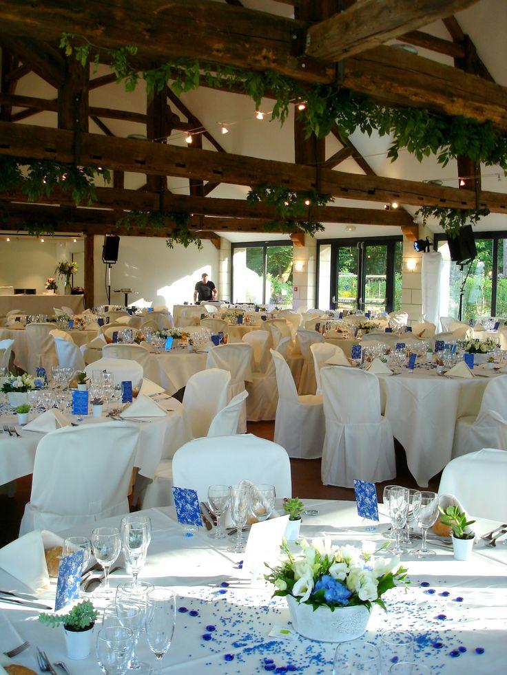 Idée de #decoration de salle et de tables champêtre, très joli centre de table et la verdure au plafond très sympa ! #Mariage au Château de #Chambiers #wedding #Anjou #LoireValley