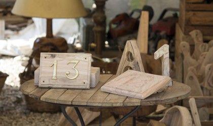Eleganti targhe in legno d'ulivo con numero civico in ottone, finitura naturale o lucida. Disponibili anche numeri civici in legno d'ulivo.