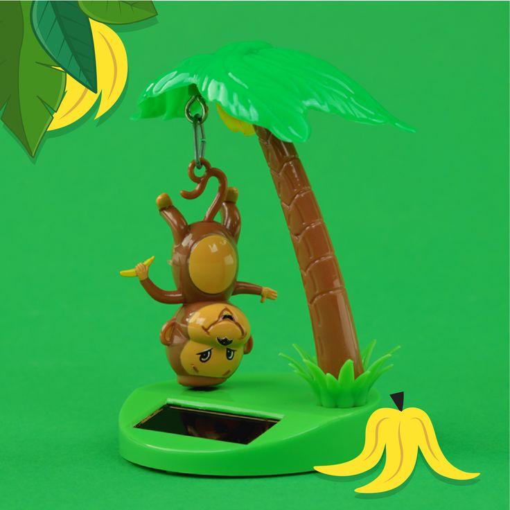 Muñeco solar Mono colgando de una palmera. Se mueve con la luz del sol y es el regalo perfecto para tener en la oficina o en el coche. #mono #selva #solar #muñeco #juguetes #palmera #triproad