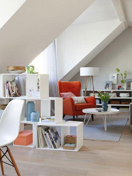 """Eine Mansarde einrichten Sooo schön kann das Wohnen unter der Dachschräge sein. Auch in kleineren Räumen können Sie unsere Einrichtungsideen umsetzen - oder zumindest einige davon...  Ein Regal mit Charakter zum Beispiel: Raumteiler """"CUTS"""" (Philippe Nigro). Ausgangspunkt war ein Quader, den Philippe Nigro verändert hat."""